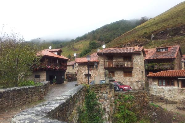 B rcena mayor pi rdete por el pueblo m s antiguo de for Casas de pueblo en cantabria