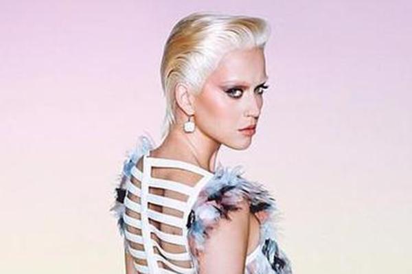 Katy Perry de rubia platino